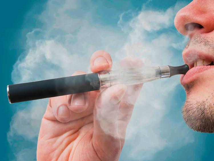 Una nuova revisione suggerisce che l'uso delle sigarette elettroniche non solleva preoccupazioni significative sulla salute